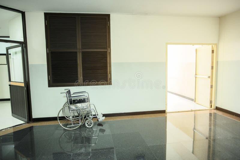患者的轮椅在共同的大厅走廊区域待命在出口旁边 库存图片