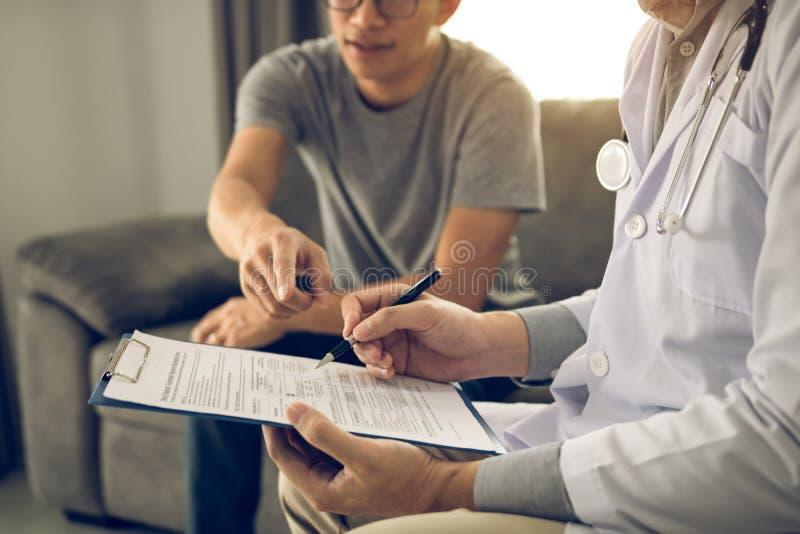 患者诊断与疾病的作用和指向医生报告并且谈论作用 库存图片