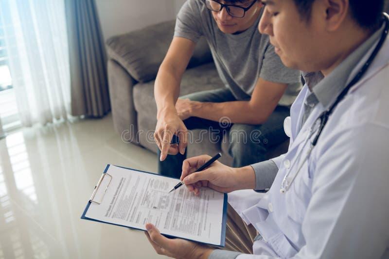 患者诊断与疾病的作用和指向医生报告并且谈论作用 免版税库存图片