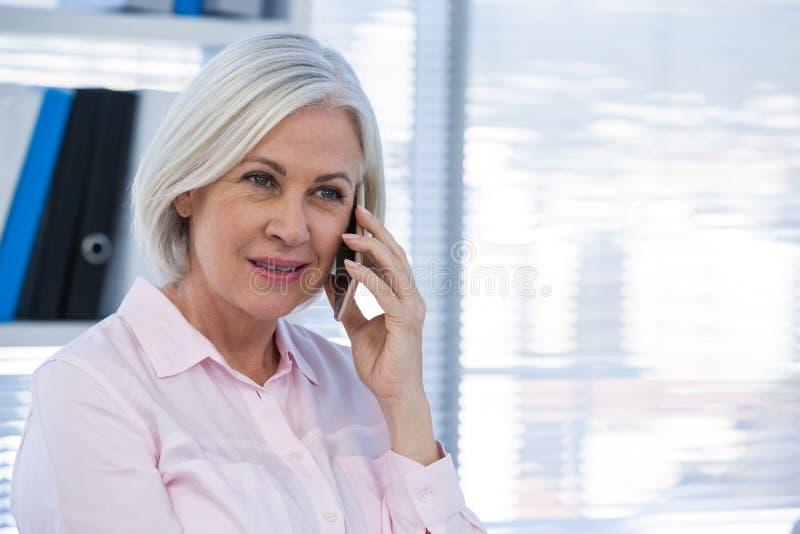 患者谈话在手机 免版税库存图片
