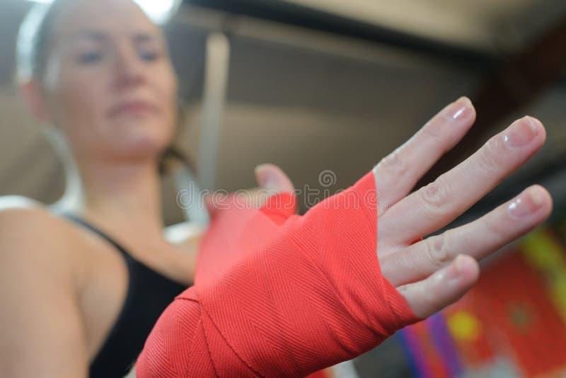 悦目女性被聚焦的拳击手为战斗做准备 免版税图库摄影