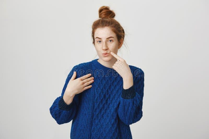 悦目欧洲红发妇女室内射击有小圆面包发型的被吸引和被吸引对某人 免版税图库摄影