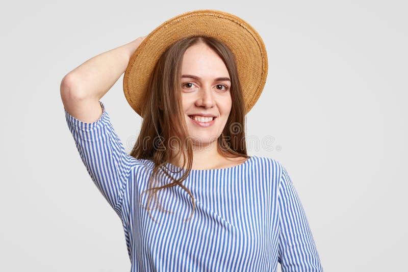 悦目深色的女孩特写时兴的夏天帽子的,有宜人的微笑,穿戴在时髦的成套装备,准备有dat 库存图片