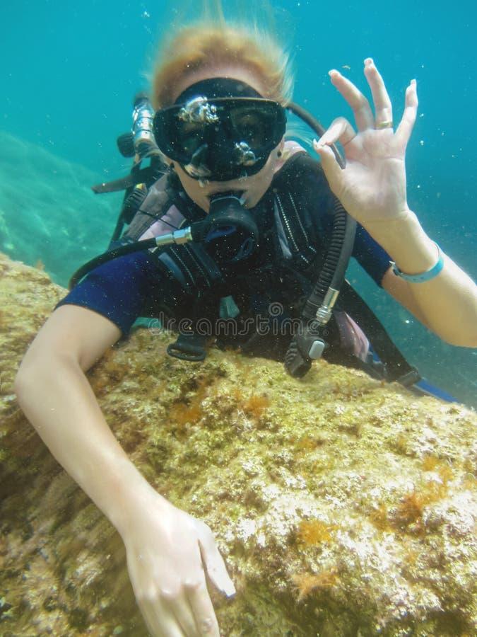 您为什么应该尝试真正的乐趣的佩戴水肺的潜水 免版税库存图片