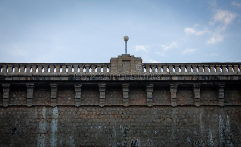 您可以近距离观看印度卡纳塔克邦迈索尔雄伟的Krishna Raja Sagara大坝 免版税库存图片