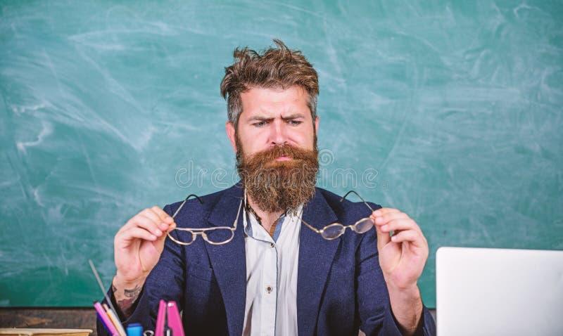 您应该选择适当的镜片保留好视觉 眼睛关心和健康 老师有胡子与镜片关心 库存图片