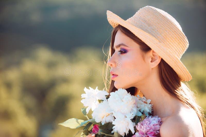 您很美丽 自然美人和温泉疗法 概念绿色春天妇女黄色 春天和假期 有长发的夏天女孩 库存照片