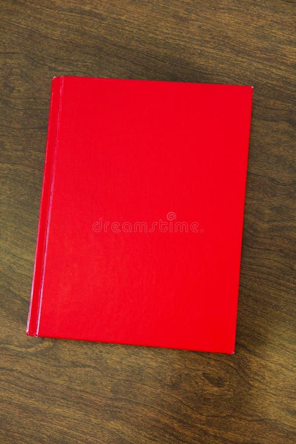 您的文本或这里复制空间的空白红色书 库存照片