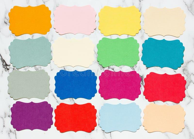 您的文本的五颜六色的空插件在大理石背景 免版税图库摄影