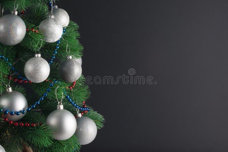 您的文本的地方,与用银色球装饰的一棵装饰的圣诞树,拷贝空间的美好的背景 库存照片