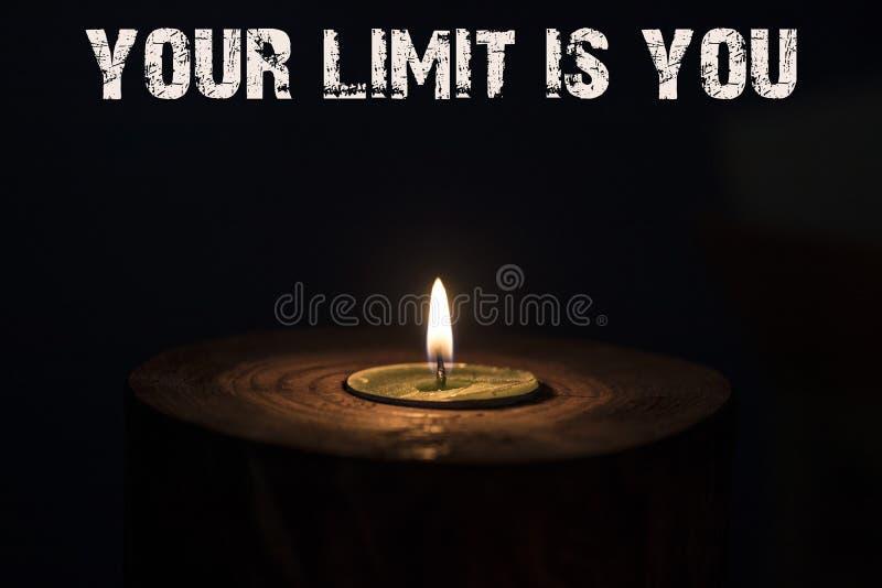 您的极限是您-白色蜡烛有黑暗的背景-向求爱的 图库摄影