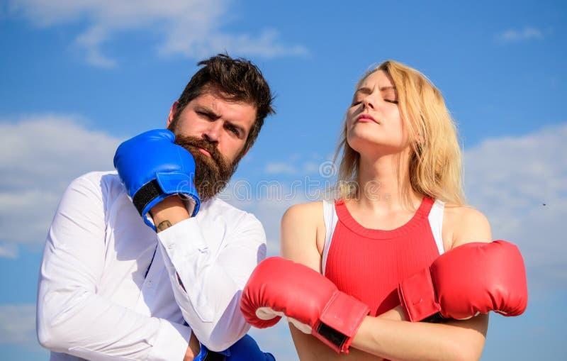 您的点意图的立场 夫妇在爱拳击手套天空背景中 人和女孩在战斗以后 家庭生活 免版税库存图片