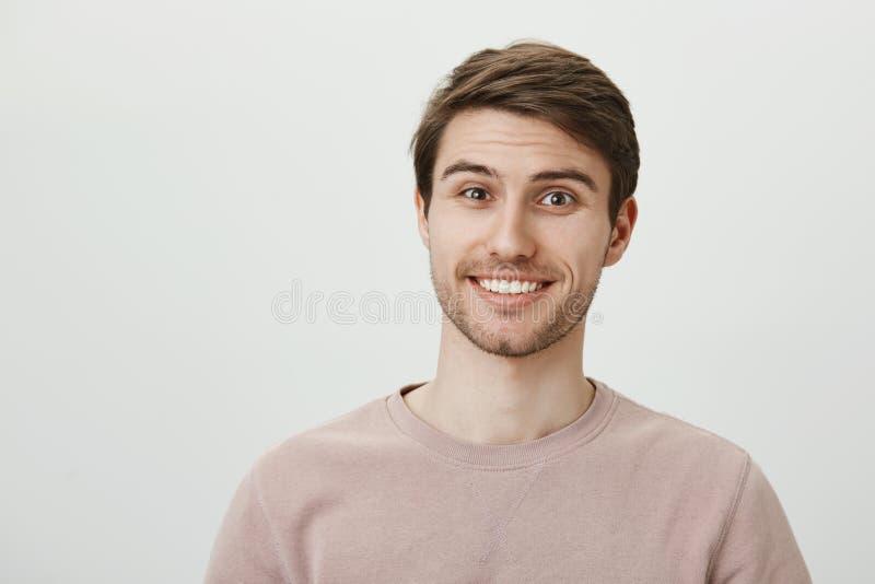 您的生活是难以相信的 有刺毛的快乐地微笑感兴趣的英俊的欧洲的男学生,当摆在时 库存照片