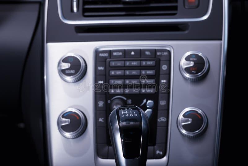 您能看到变速杆和控制台一辆现代汽车的内部 库存图片