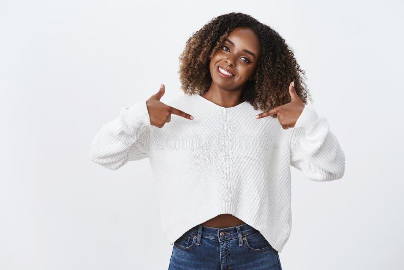 您需要雇用我 有吸引力的友好逗人喜爱的非裔美国人的妇女非洲,指向食指中心掀动 库存照片