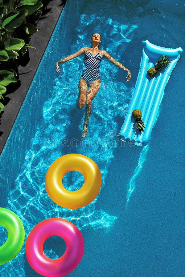 您系列节日快乐的夏天 享受假期的妇女,漂浮在游泳池 图库摄影