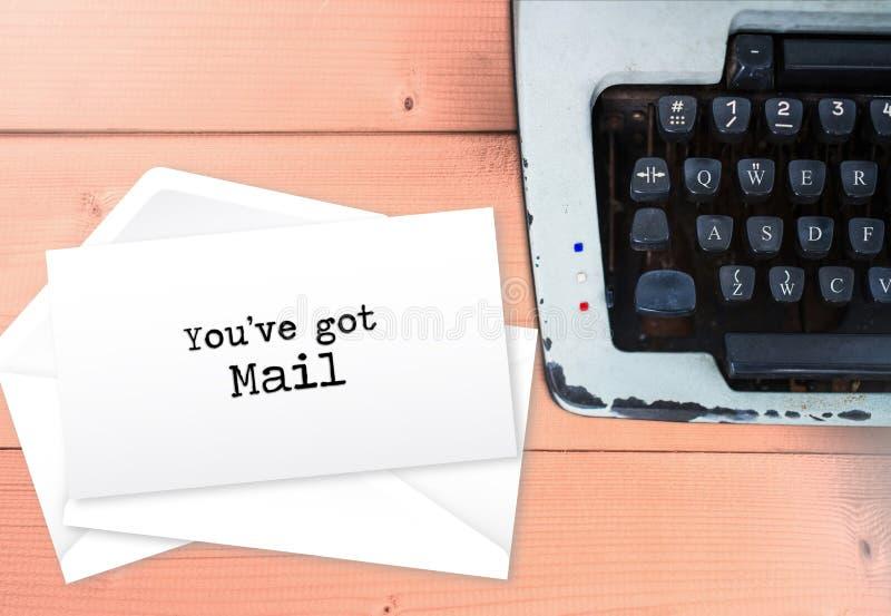 您` ve得到了邮件包围与打字机, vintag的信件堆 免版税库存照片