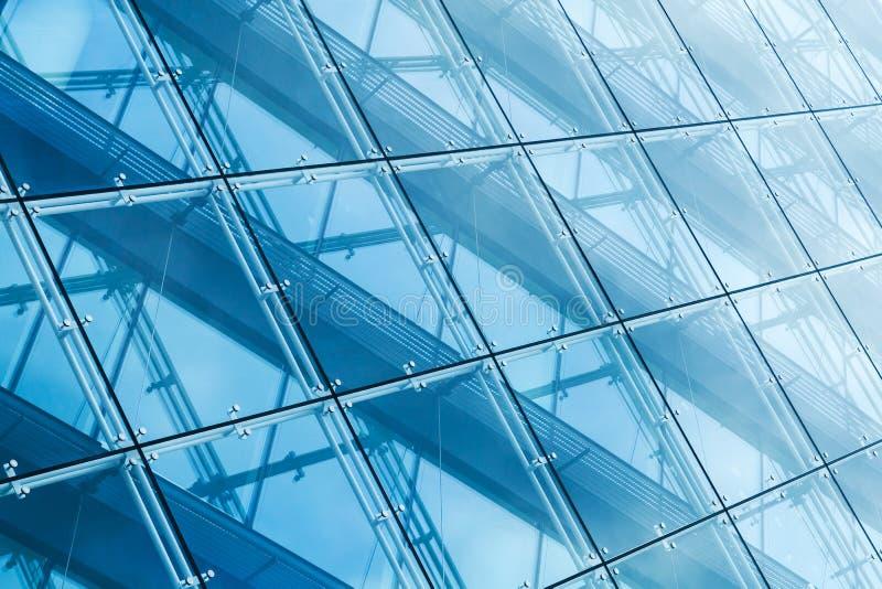 悬墙由蓝色被定调子的玻璃和钢制成 免版税库存照片