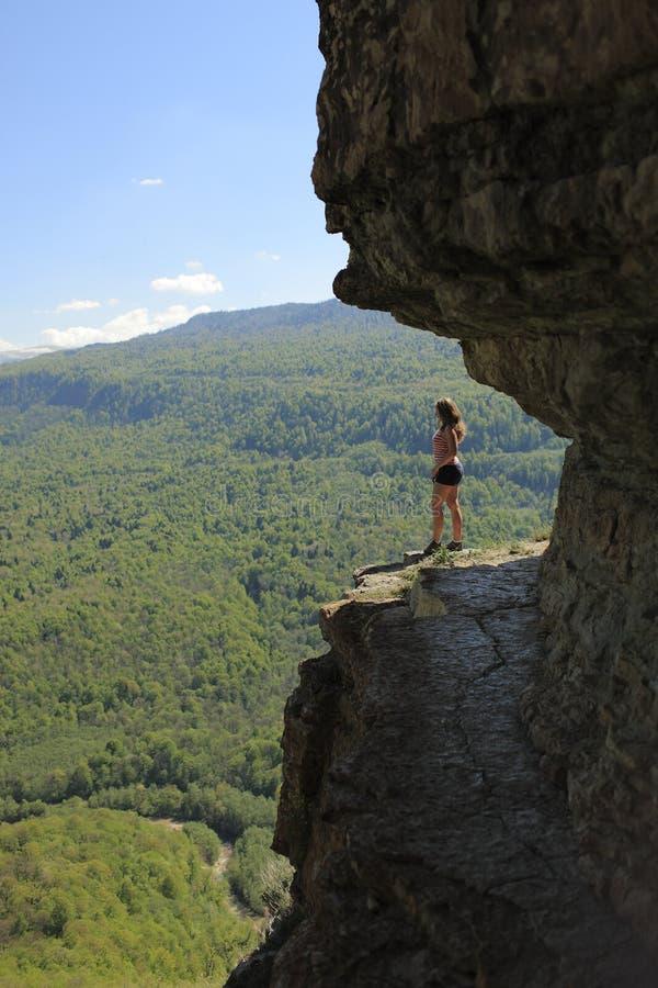 悬崖的女孩 库存照片