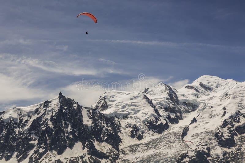 悬挂式滑翔在山 免版税图库摄影