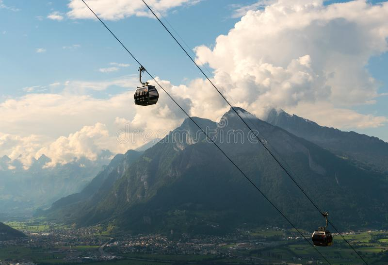 悬索铁路驻地和山全景视图在瑞士环境美化 免版税库存照片