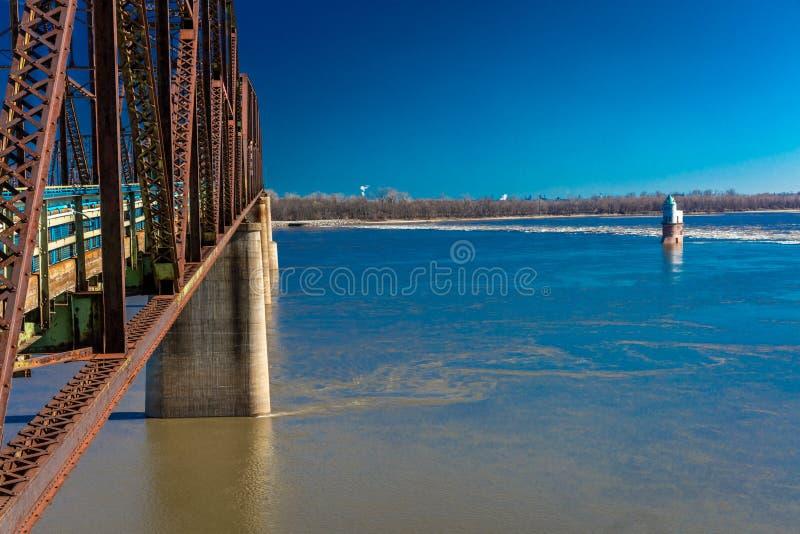 悬臂式Bridgeand灯塔,岩石经典老链子在圣路易斯,密苏里跨接十字架密苏里河 免版税图库摄影