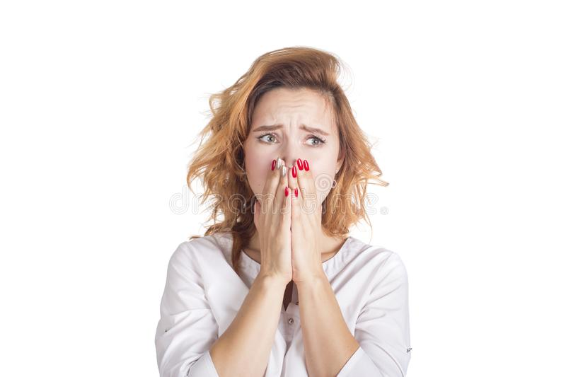 悲伤和情志刺激 在工作麻烦和忧虑的紧张情况 白色衬衣啼声的少妇 免版税库存照片
