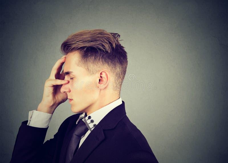 悲哀哀伤的人体贴与担心的面孔表示 免版税库存照片