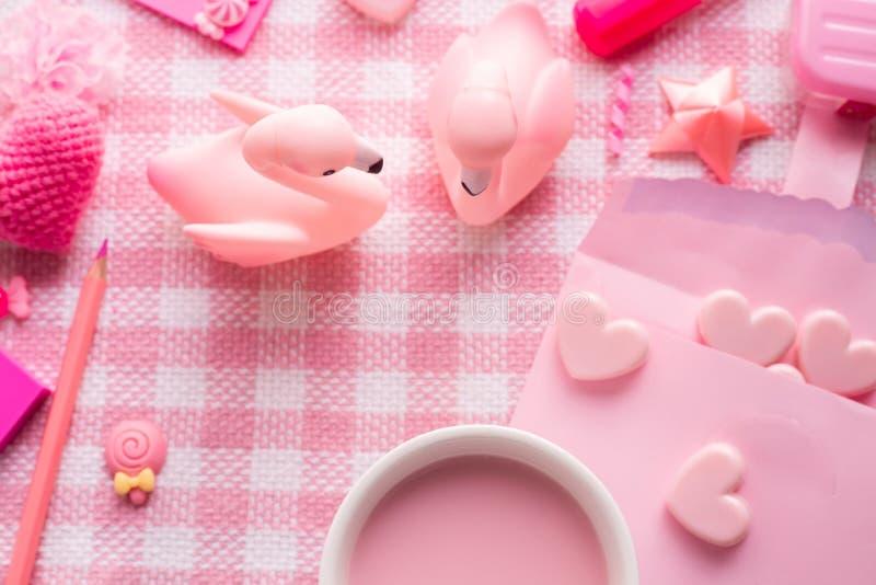 情人节与杯子的假日庆祝stawberries牛奶和Velentine装饰集合在桃红色桌布背景 库存照片