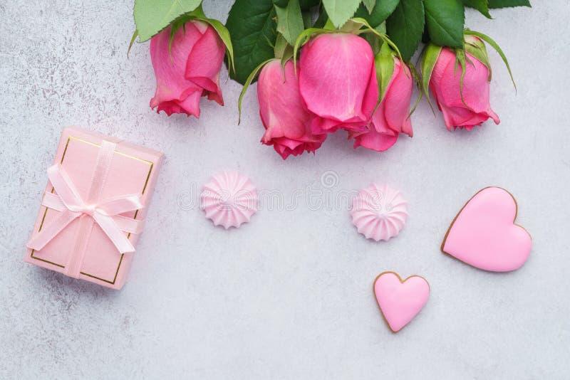 情人节与玫瑰、礼物盒和曲奇饼的贺卡 免版税库存照片