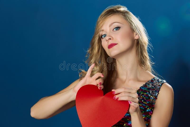 情人节伤红色心的blons妇女 免版税图库摄影