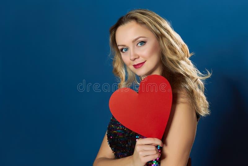 情人节伤红色心的blons妇女 库存图片