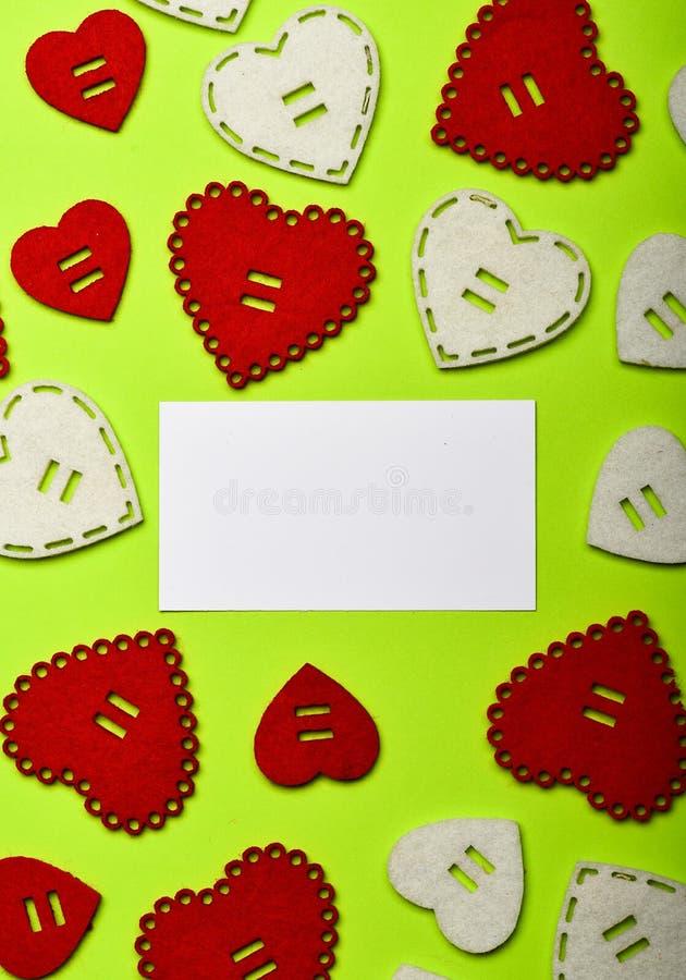 情人节党 嘲笑创造性的设计 flatlay最小的被称呼的情人节 浪漫问候 看板卡重点爱形状华伦泰 库存照片