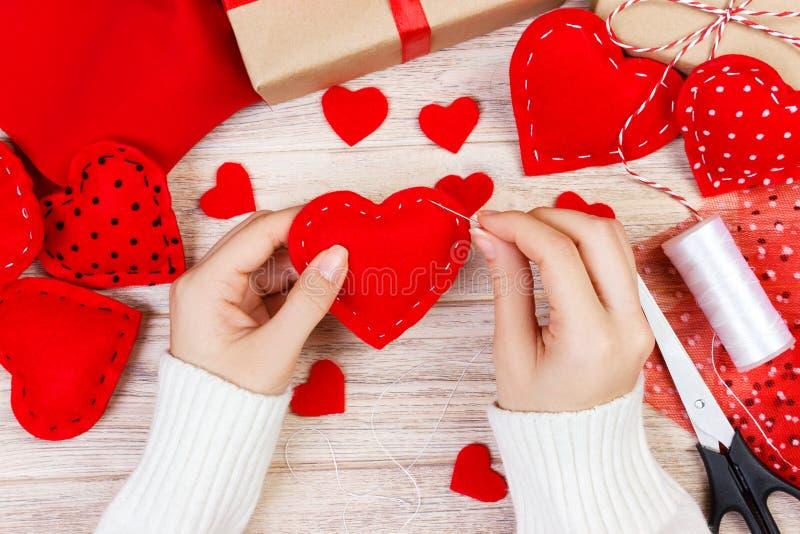 情人节剪贴薄背景 创造手工制造礼物问候的心脏,剪贴,在白色木头的diy工具 婚姻或在地平线上方 免版税库存图片