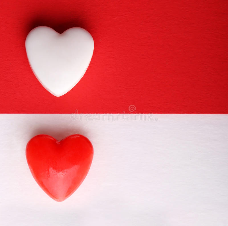 情人节卡片。在白色和红色背景的两心脏。 库存照片