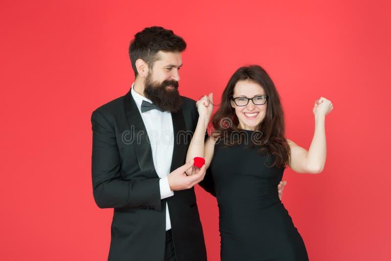 ?? 情人节庆祝 在爱的愉快的性感的夫妇 无尾礼服人和夫人订婚庆祝的 有胡子 库存图片