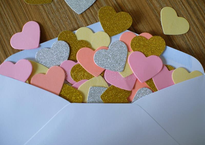 情人节情书 被打开的信封和许多感觉心脏 免版税库存照片