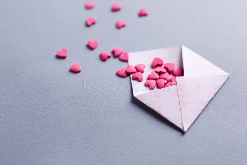 情人节情书 被打开的信封和许多感觉桃红色心脏 空的拷贝空间 免版税图库摄影