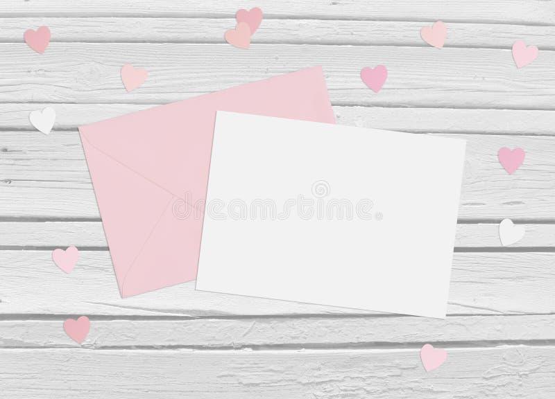 情人节或婚礼大模型场面与信封、空插件、纸心脏五彩纸屑和木背景 免版税库存图片