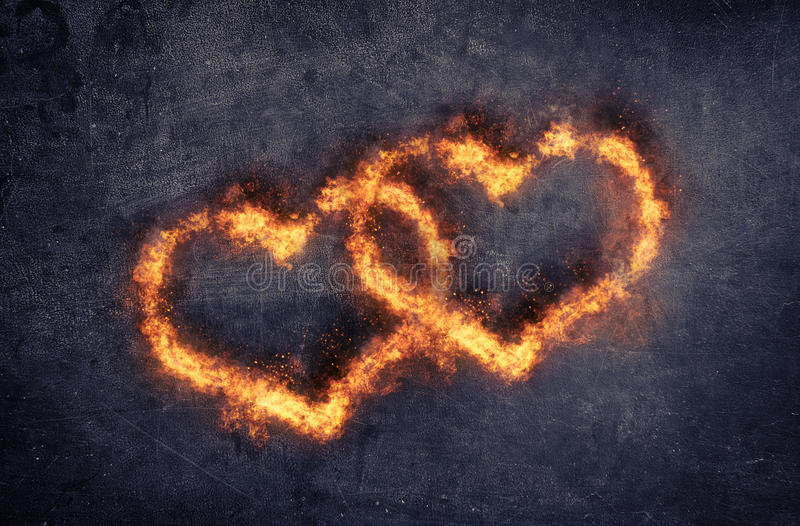 情人节或婚礼的火焰状心脏