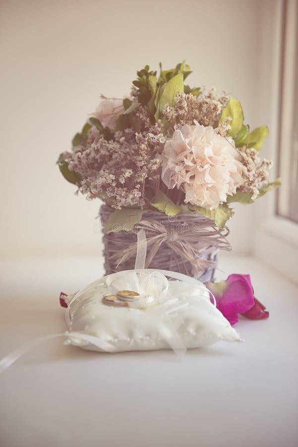 情人节或婚礼花束 与花的背景 免版税库存照片