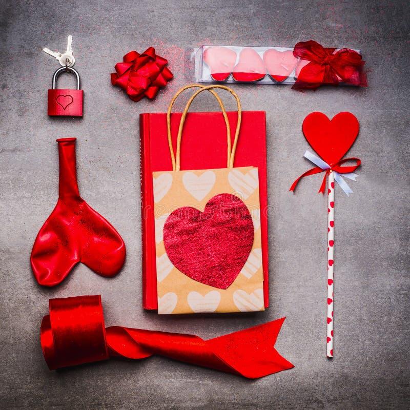 情人节或约会在红颜色爱标志的欢乐平的位置:使用心脏、蜡烛、礼物、书、丝带和红色锁与 库存照片