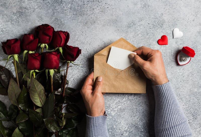 情人节拿着信封与贺卡的人手情书 图库摄影