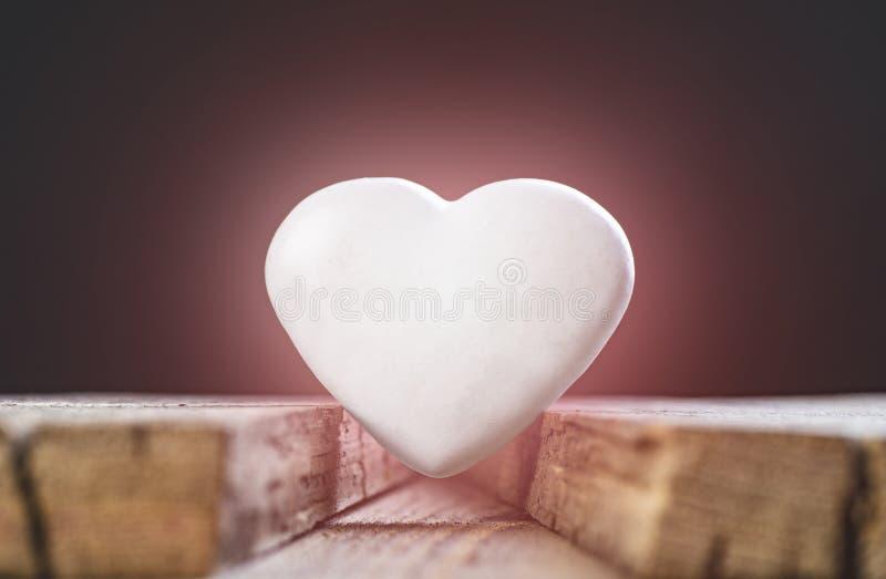 情人节构成 在委员会之间的白色心脏 库存照片