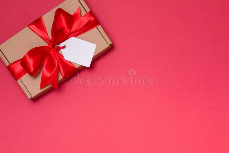 情人节浪漫礼物丝带弓标记,无缝的红色背景英国兰开斯特家族族徽,赠送阅本文本空间 库存照片