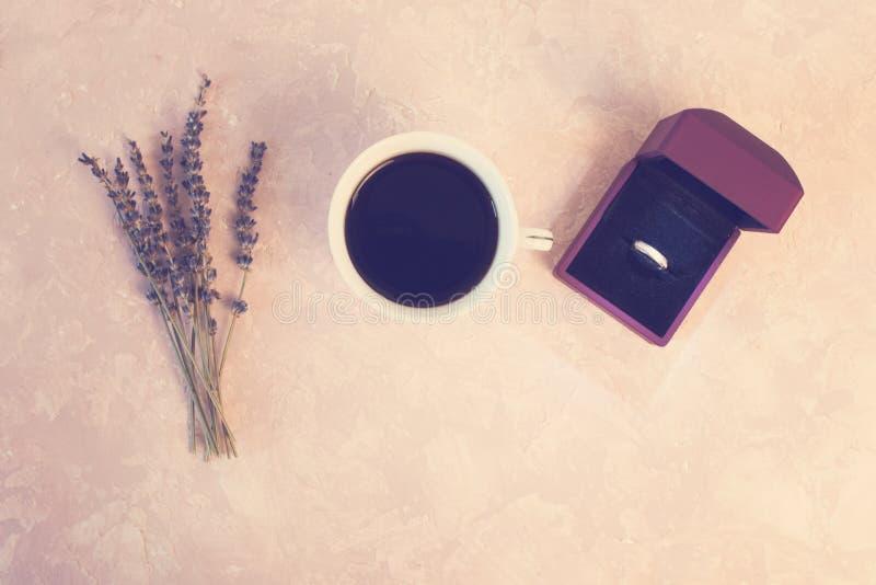 情人节浪漫饭桌设置与我结婚在箱子的婚姻的定婚戒指有淡紫色礼物咖啡的 图库摄影