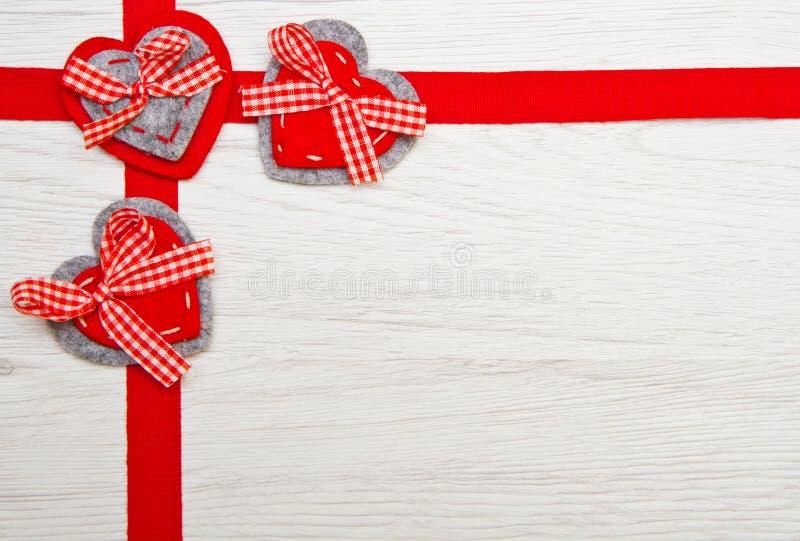 Download 情人节玩具心脏和丝带在木 库存照片. 图片 包括有 土气, 浪漫, 婚礼, 符号, 庆祝, 重点, 形状 - 72359454
