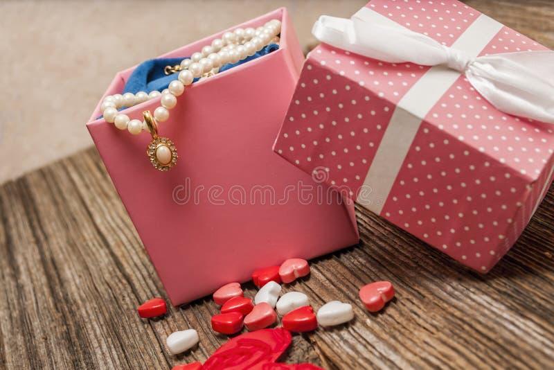 情人节珍珠,金刚石, necklase,礼物 免版税库存图片