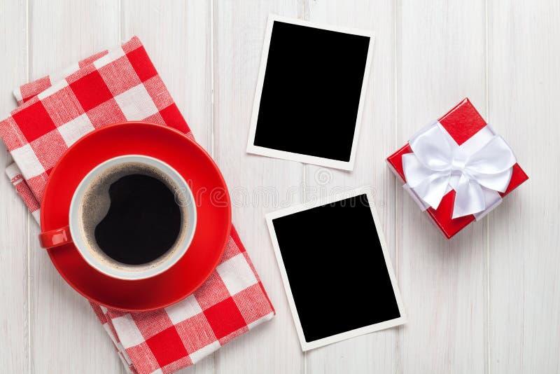 情人节空白照片框架、咖啡杯和礼物盒 免版税库存图片