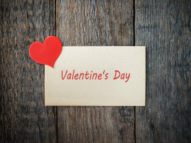 情人节纸心脏的装饰在老纸和木头背景 免版税图库摄影